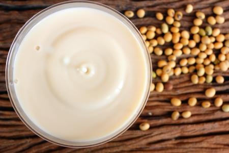 Le lait de soja avec des haricots sur fond de bois Banque d'images - 22201070