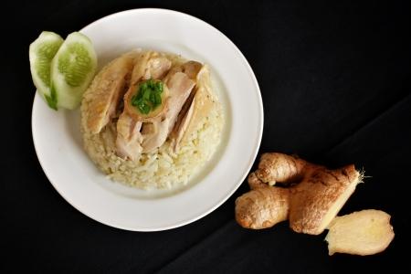 Reis mit Huhn gedämpft auf schwarzem Hintergrund