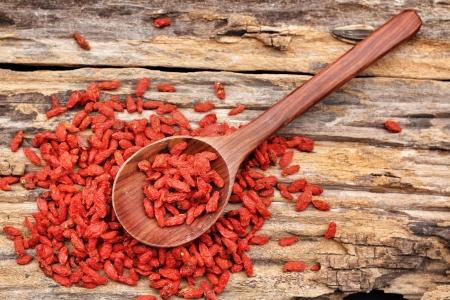 Red baies de goji séchées sur fond de bois Banque d'images - 22438081