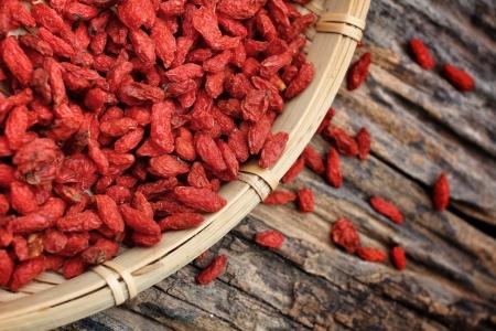 Red baies de goji séchées sur fond de bois Banque d'images - 22438121