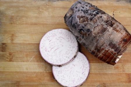 Frische Taro auf dem Holz