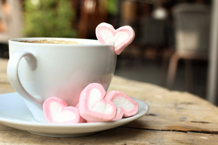 Warme chocolademelk met hart roze marshmallow voor Valentijnsdag