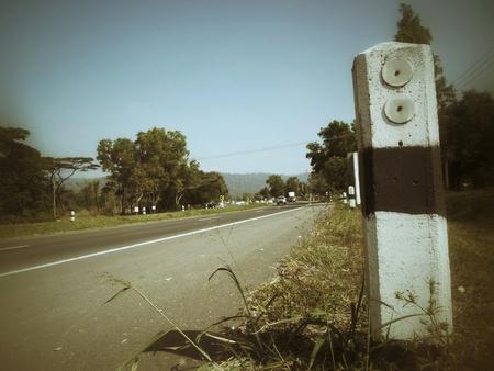 chilometro: chilometro dopo pietra sul ciglio della strada Archivio Fotografico