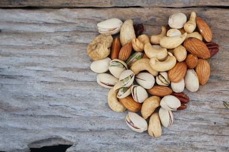 Mix de savoureux noix - amandes, figues, raisins, noix de cajou, noix de macadamia et noix de pécan Banque d'images - 26484114