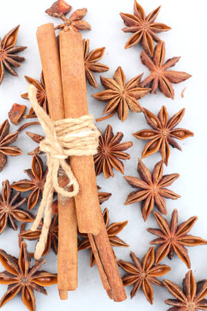 anice: Star anise and cinnamon isolated