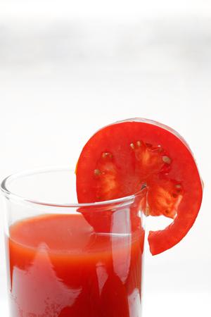 jugo de tomate: El jugo de tomate aisladas Foto de archivo