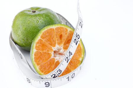 naranja fruta: cinta de medida y frutas de color naranja
