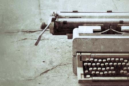 the typewriter: m�quina de escribir de �poca Foto de archivo