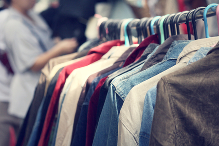 Kleider hängen Standard-Bild