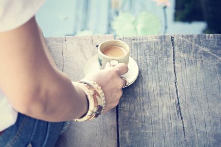 mujer tomando cafe: la mujer de tomar café Foto de archivo