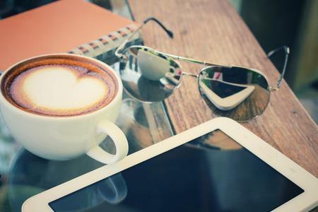 sole occhiali: Tazza di caff� e tablet con occhiali da sole