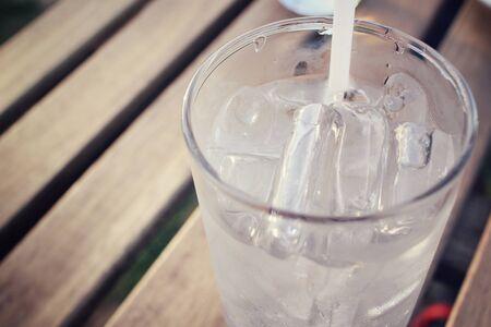 tomando agua: Beber agua