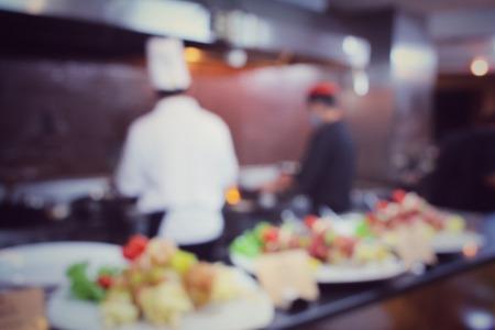 cocinero: Borrosa de chef en el restaurante