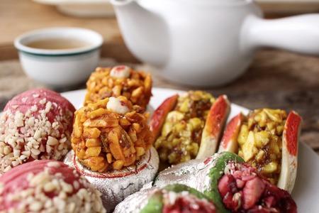 bonbons: Indische Süßigkeiten mit heißem Tee Lizenzfreie Bilder