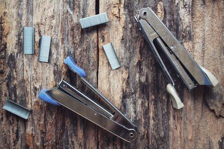 stapler: Grapadora y grapas.