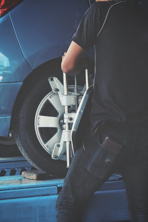 alineaci�n: alineaci�n de las ruedas en la estaci�n de servicio de reparaci�n - estilo vintage
