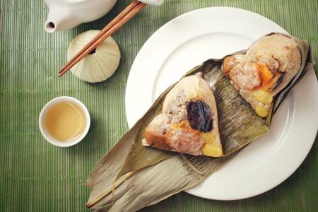Zongzi mit heißem Tee