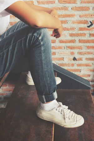 dirty feet: Sneakers with jeans