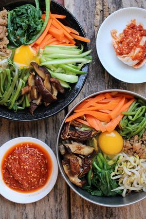 Bibimbap avec de la nourriture coréen kimchi Banque d'images - 51663155