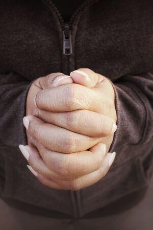 manos orando: Manos de mujer rezando
