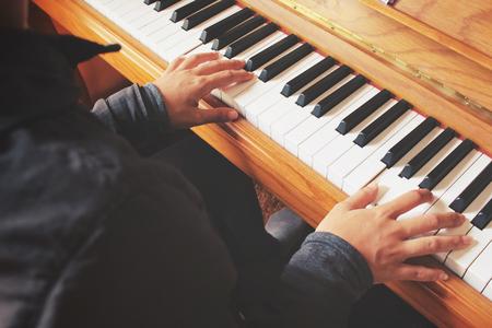 tocando el piano: Mujer que juega el piano