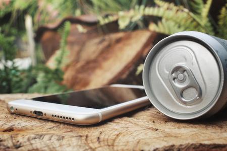 cola canette: Cola peut avec téléphone intelligent