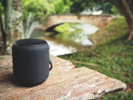정원의 블루투스 스피커 스톡 콘텐츠