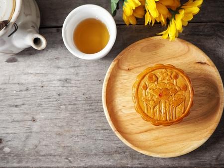Festival Mondkuchen mit heißem Tee Standard-Bild - 83816961