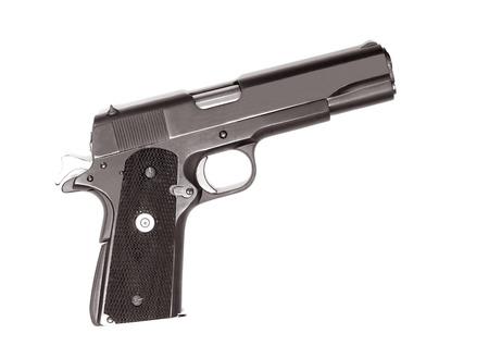 pistola: pistola semiautomática aislada en el fondo blanco