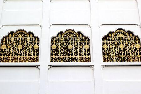 puertas de hierro: Decorativo puertas de hierro forjado del templo. Foto de archivo