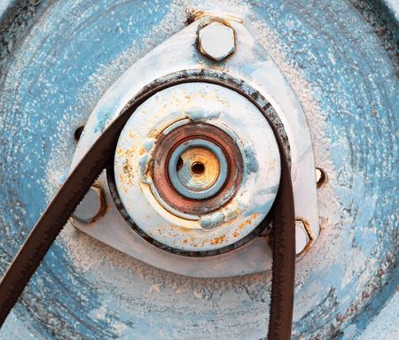 poleas: Poleas viejas del metal con la correa.