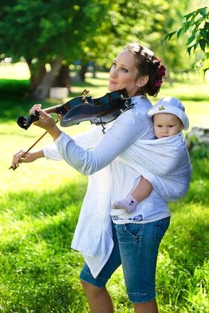 Jugar en un viol�n con el ni�o Foto de archivo - 10833163