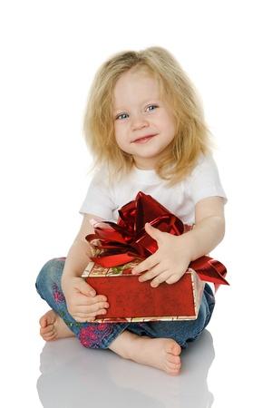 dar un regalo: La niña con un regalo. solated en el blanco