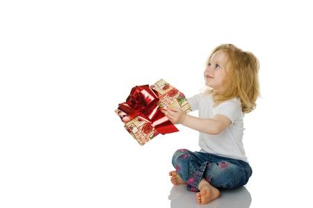 dar un regalo: La chica le da un regalo. aislados en el blanco Foto de archivo