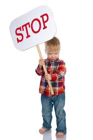 persona enojada: El niño enojado tiene el cartel con una parada de inscripción Aislado en un fondo blanco