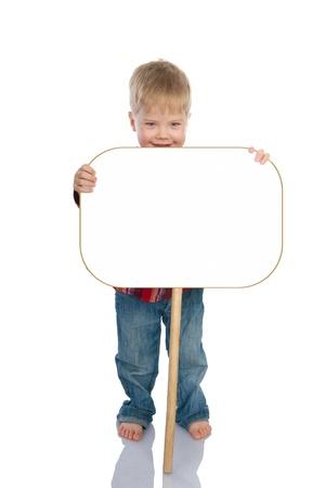 ni�os sosteniendo un cartel: El ni�o se r�e poco la retenci�n a bordo, con espacio para texto aislado en un fondo blanco