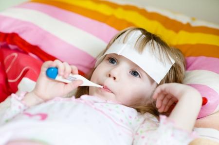fiebre: ni�a en la cama con un term�metro