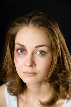 domestiÑ: mujer víctima de la violencia doméstica y el abuso en el fondo oscuro