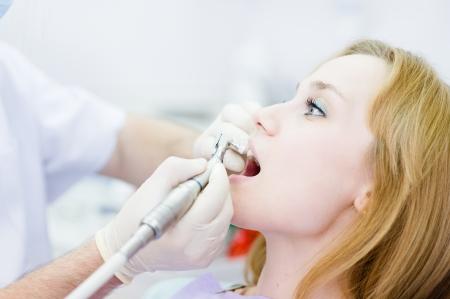Close-up medizinische Zahnarzt Verfahren der Zähne, Polieren mit sauberem Standard-Bild - 21167062
