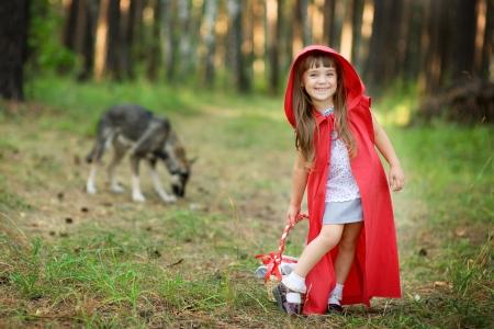 pequeño: lobo persigue a la chica del cuento de Caperucita Roja Foto de archivo