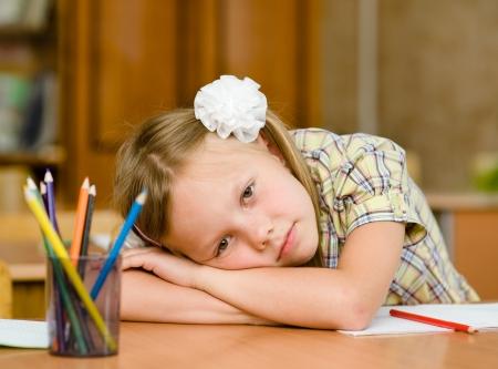 niños en la escuela: colegiala cansado en el aula Foto de archivo