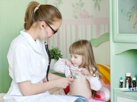 pediatra: examen del doctor niña con el estetoscopio Foto de archivo
