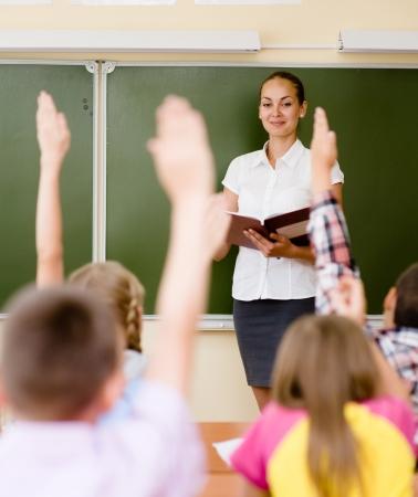 classroom teacher: Bambini, alzando le mani sapendo la risposta alla domanda