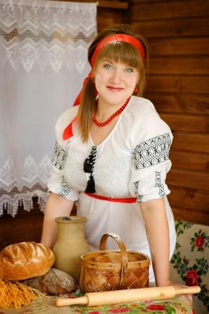 haciendo pan: mujer con productos caseros