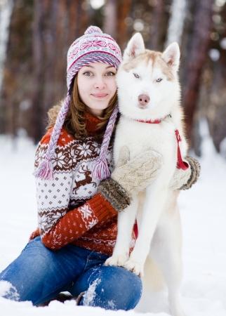 fille et le chien dans la forêt en regardant la caméra Banque d'images - 24630823