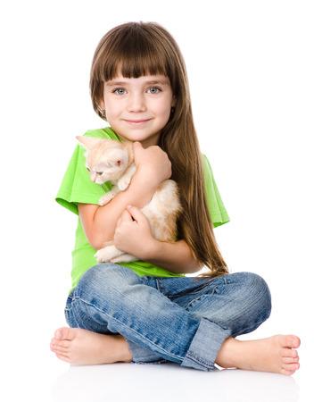 bambini felici: bambina abbracciare il gattino isolato su sfondo bianco