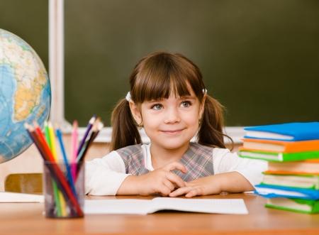 niños felices: Retrato de la muchacha encantadora en el aula