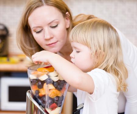 eating fruits: Madre e hija que comen frutas