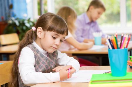 decide: chica decide encargar en el examen Foto de archivo
