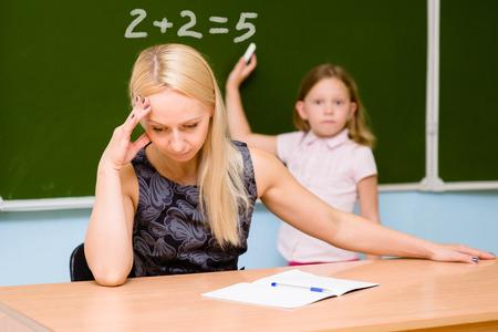 professeur fatigué de l'élève stupide